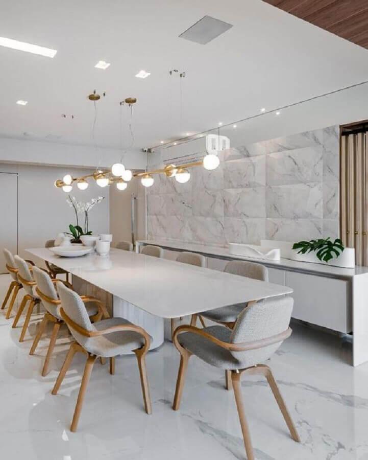 Decoração sofisticada para sala de jantar completa com buffet e lustre moderno Foto Decor Salteado