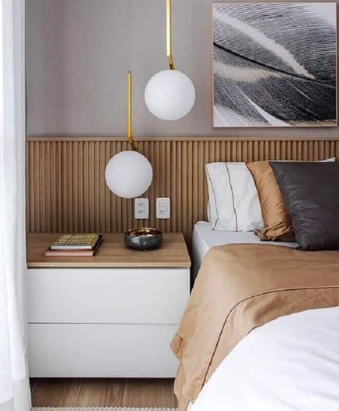 Gaveteiro baixo para quarto decorado com cabeceira de painel ripado Foto Blanco Interiores