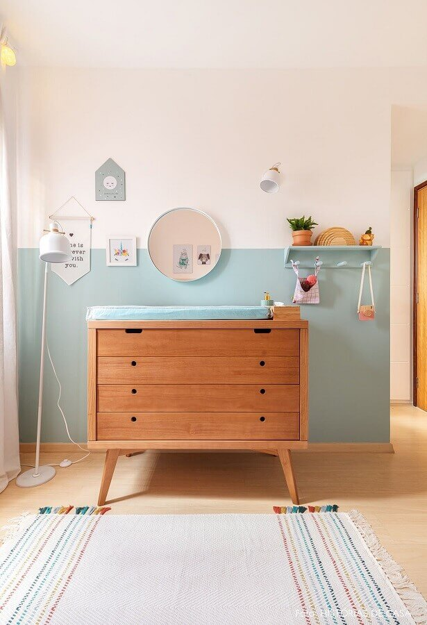 Gaveteiro de madeira para quarto infantil decorado com meia parede pintada Foto Histórias de Casa