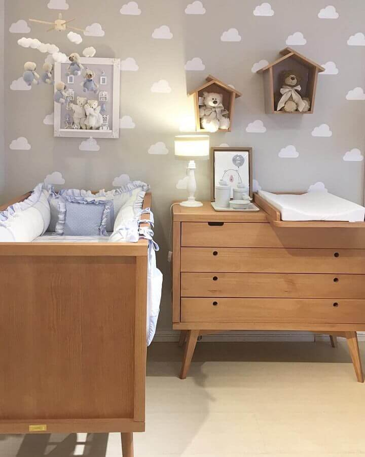 Gaveteiro para quarto de bebe decorado com papel de parede de nuvens e nicho casinha Foto Histórias de Casa