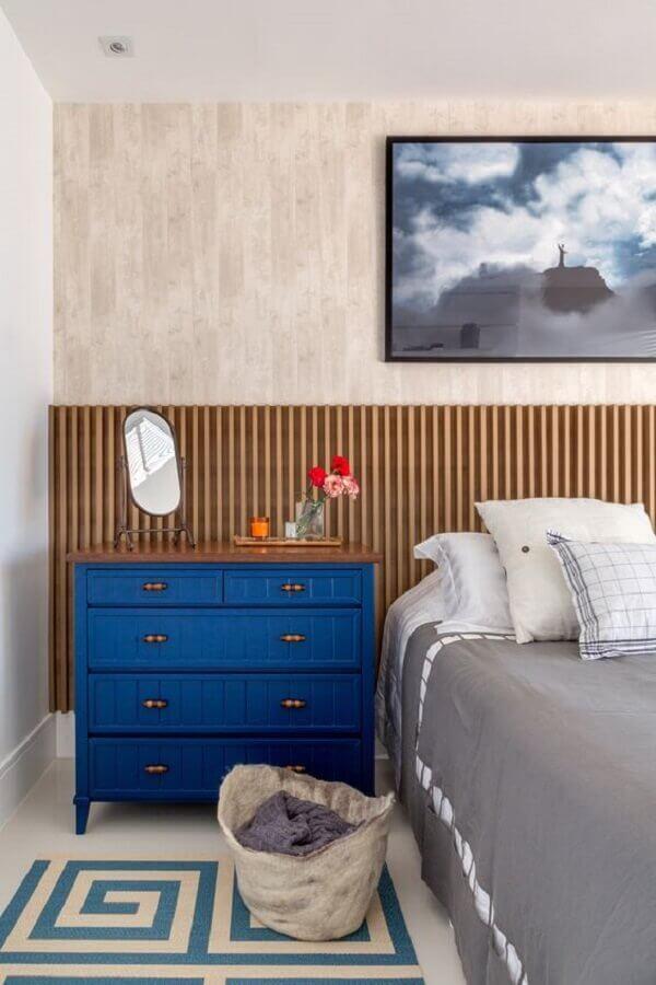 Gaveteiro para quarto de casal decorado com cabeceira de madeira ripada Foto Casa Claudia