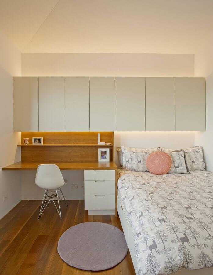 Gaveteiro para quarto simples decorado com armário aéreo Foto Richard Cole Architecture