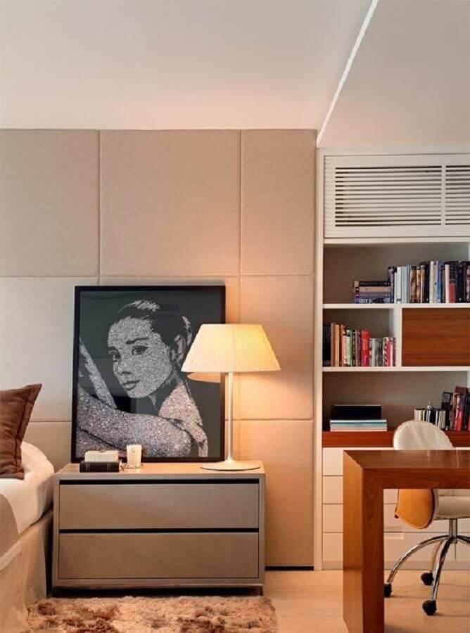Gaveteiro pequeno para quarto de casal moderno decorado em cores claras com estante para livros Foto MCA Studio