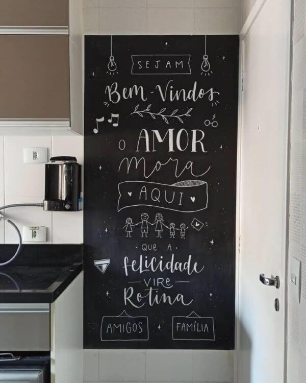 Letterign na parede da cozinha moderna