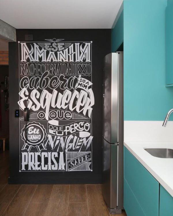 Lettering na parede da cozinha azul