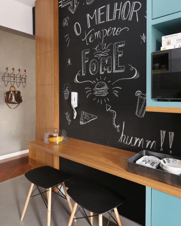 Lettering na parede da cozinha moderna e planejada
