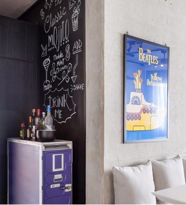 Lettering na parede do bar pequeno