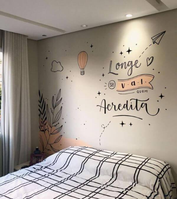 Lettering na parede do quarto