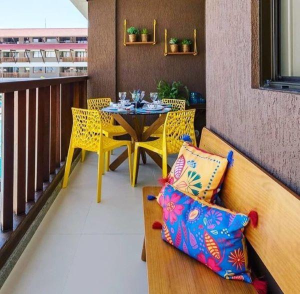 Mesa com cadeira para sacada na cor amarela