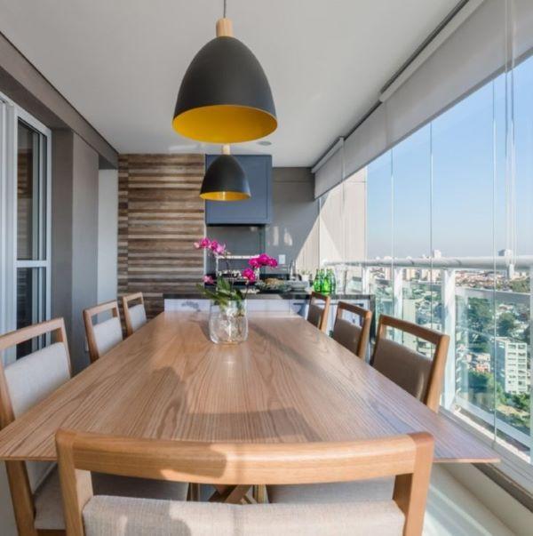 Mesa de jantar de madeira com cadeira para sacada