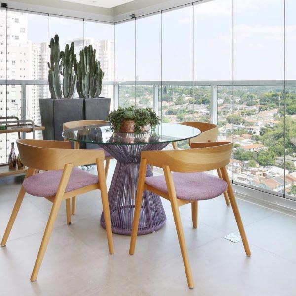 Mesa redonda com cadeira para sacada de madeira lilás