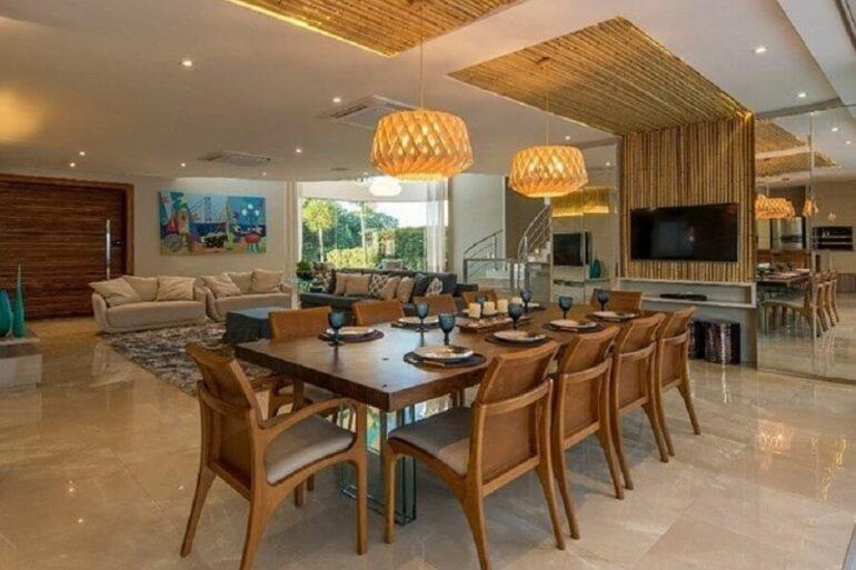 Modelos de cadeiras de madeira para sala de jantar grande decorada com lustre redondo Foto Stockler + Posanske Arquitetura