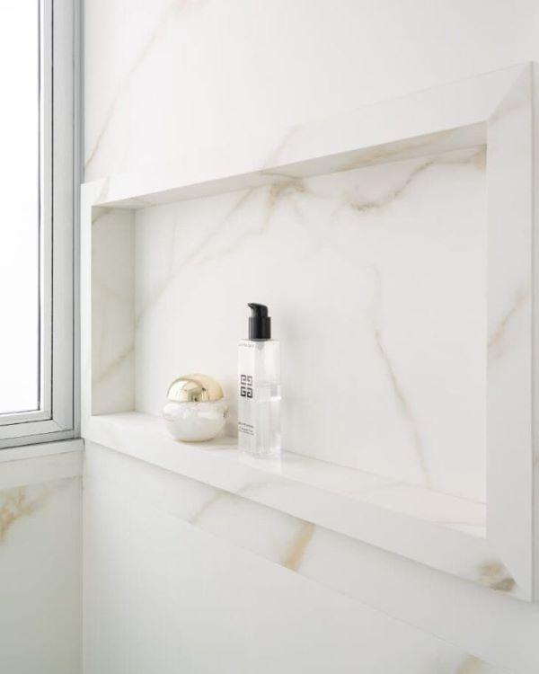 Nicho de porcelanato marmorizado