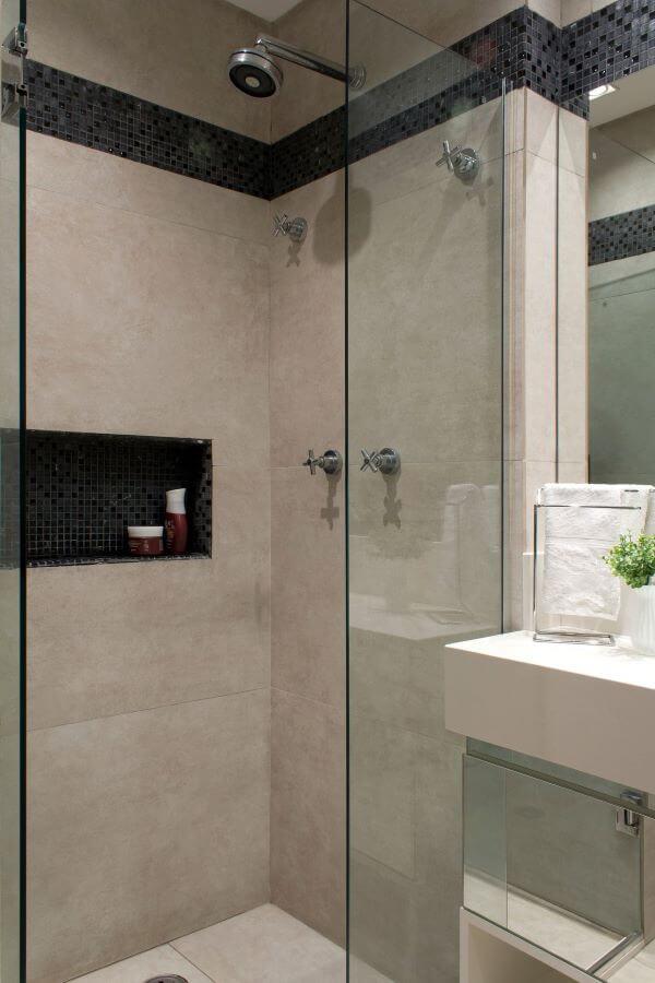 Nicho de porcelanato preto no box do banheiro
