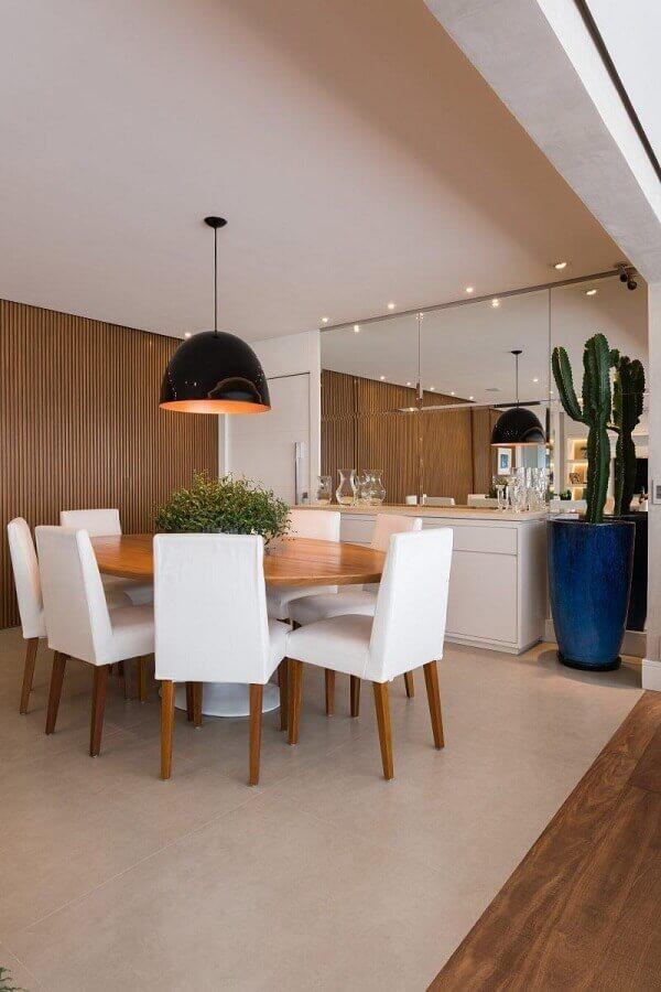 Painel ripado para decoração de sala de jantar com buffet branco e mesa redonda Foto KL Fotografia de Interiores