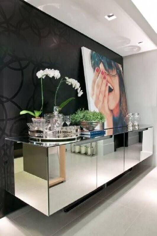 Papel de parede preto para decoração de sala de jantar com buffet espelhado Foto HomeAdore