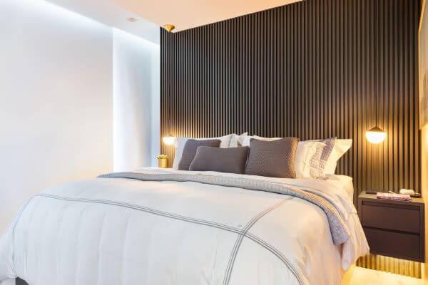 Parede com cabeceira ripada na cor cinza para decoração de quarto moderna