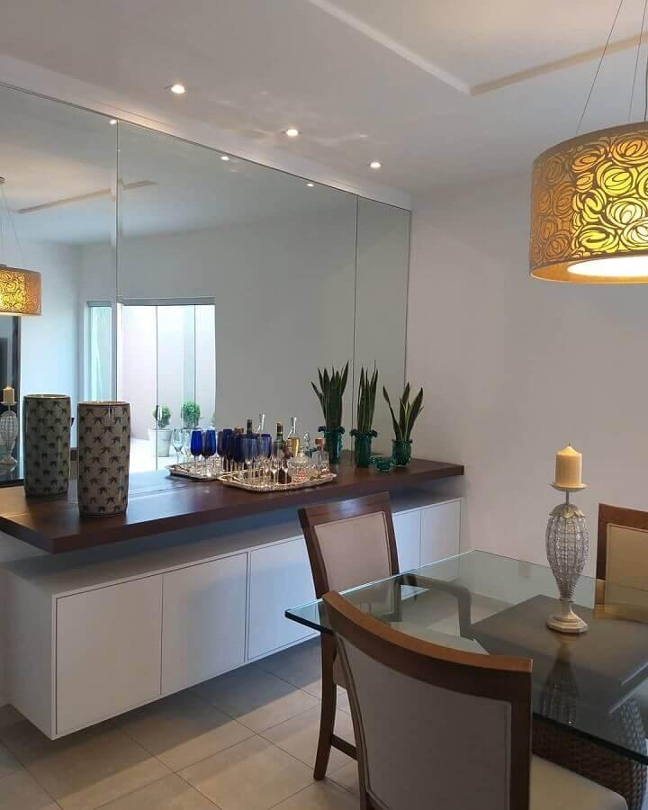 Parede espelhada para decoração de sala de jantar com buffet suspenso Foto Dicas Decor