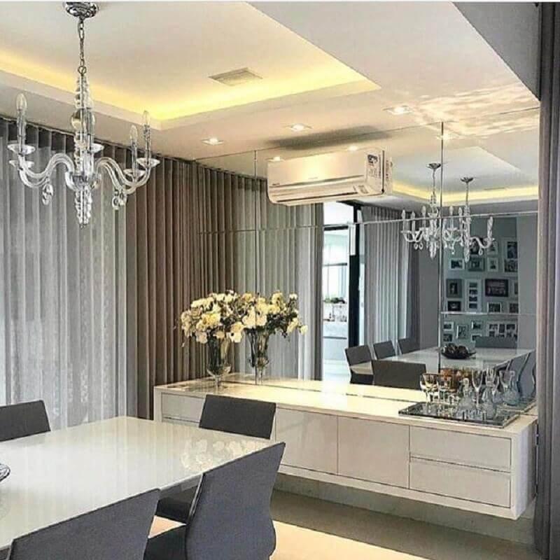 Parede espelhada para decoração de sala de jantar com buffet suspenso Foto Houzz