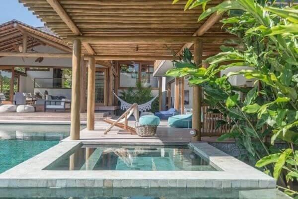 Pergolado de madeira para quintal com piscina