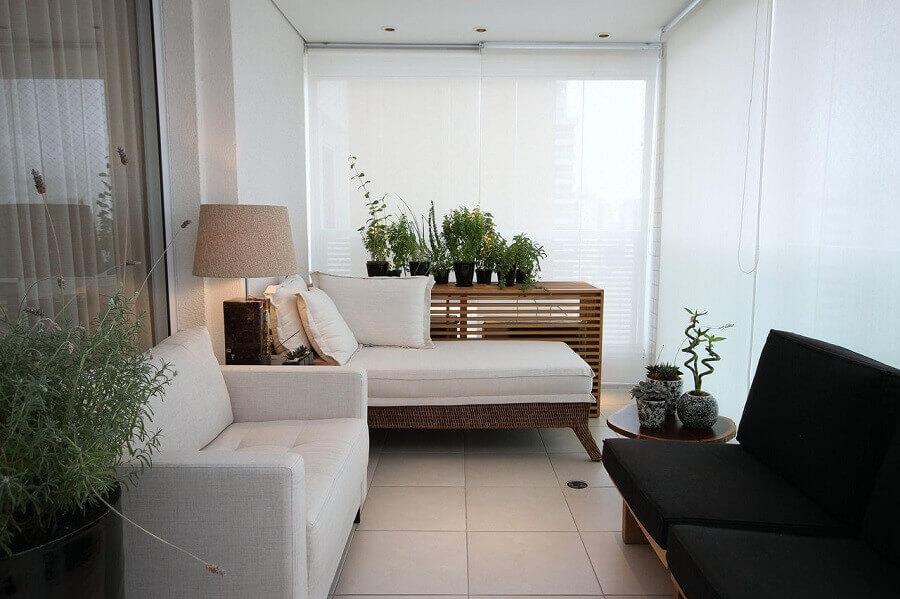 Persiana branca para decoração de varanda de apartamento pequeno Foto MeyerCortez Arquitetura e Design