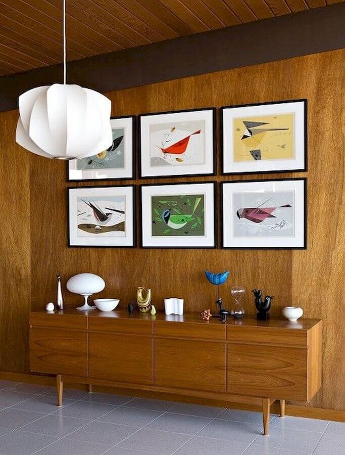 Quadros para decoração de sala de jantar com buffet de madeira e lustre moderno Foto Essential Home