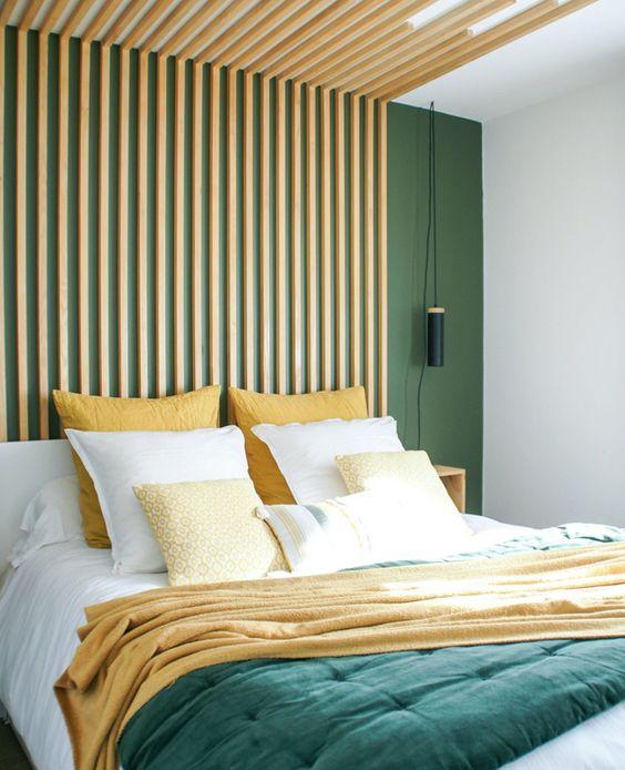 Quarto criativo e verde com cabeceira de ripa de madeira