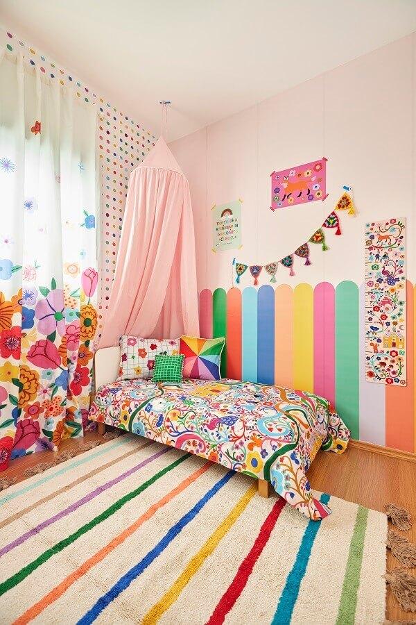 Quarto infantil colorido decorado com tapete listrado e cortina floral Marcos Fertonani para MOOUI