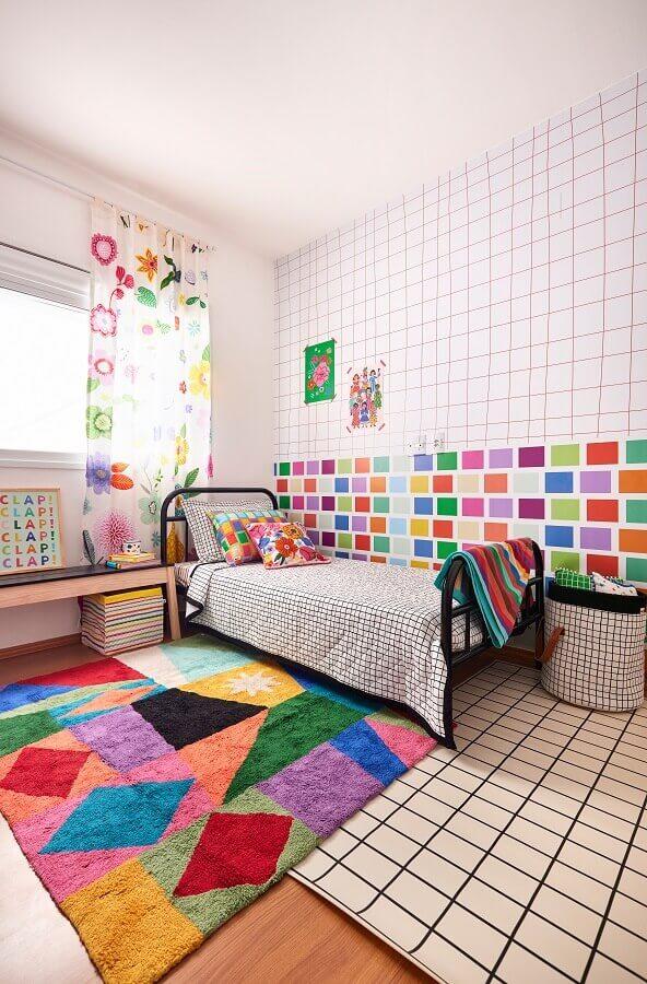 Quarto infantil decorado com tapete colorido e papel de parede geométrico Foto Marcos Fertonani para MOOUI