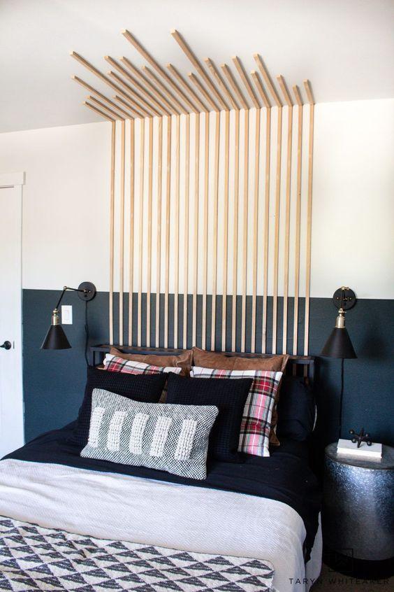 Quarto moderno com cabeceira ripada para cama da parede ao teto