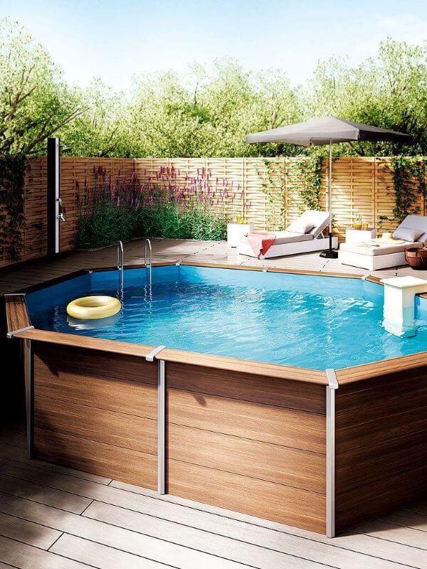Quintal com piscina de pallet elevada e espreguiçadeiras confortáveis