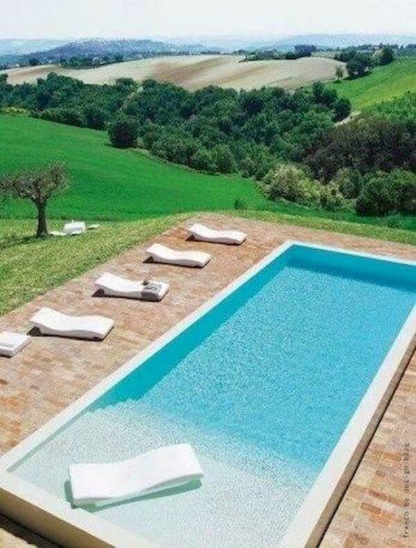 Quintal com piscina e jardim moderno
