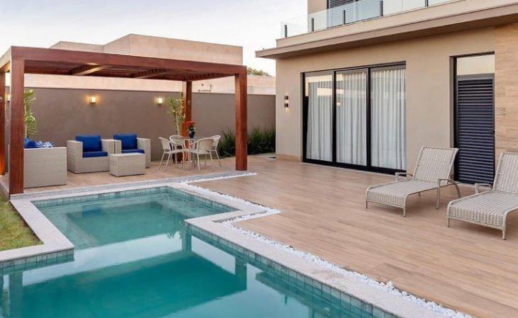 Quintal com piscina e piso de madeira