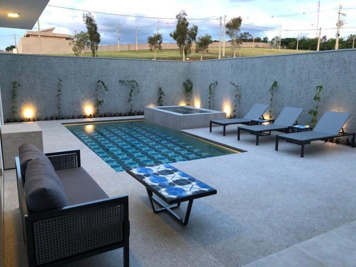 Quintal com piscina e piso que imita granito chique