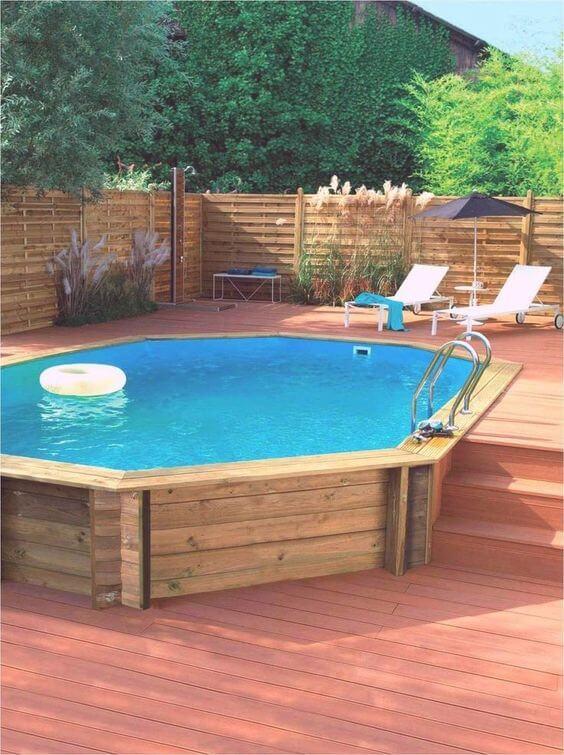 Quintal com piscina elevada de pallet