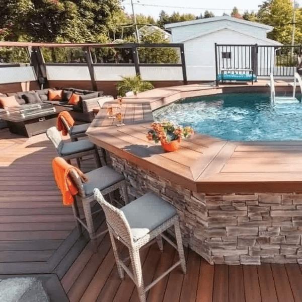 Quintal com piscina elevada e borda de bancada de madeira