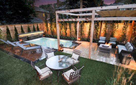 Quintal com piscina jardim e pergolado de madeira para móveis