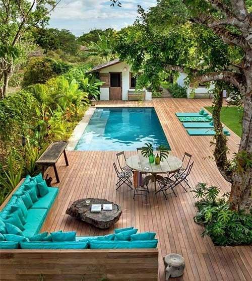 Quintal grande com piscina e deck de madeira