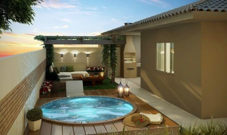 Quintal pequeno com piscina redonda e pergolado de madeira