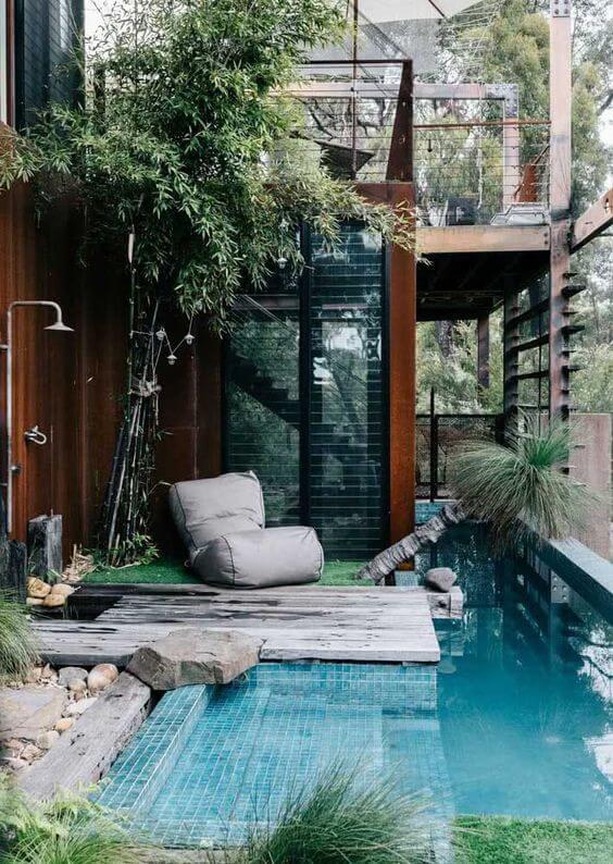 Quintal pequeno com piscinas modernas