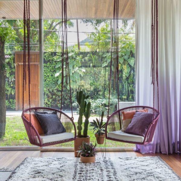 Sacada de vidro com conjunto de cadeiras de balanço suspensa