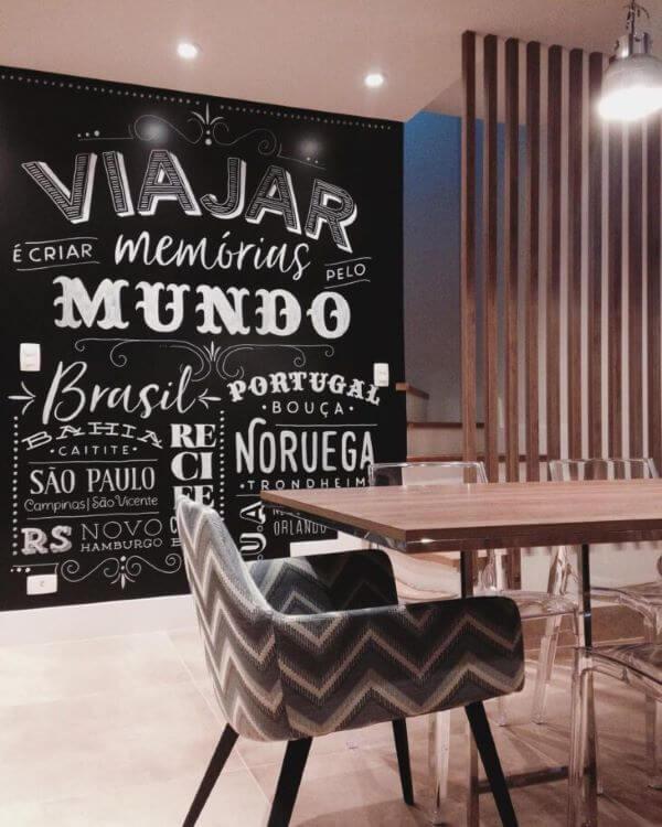 Sala com lettering na parede