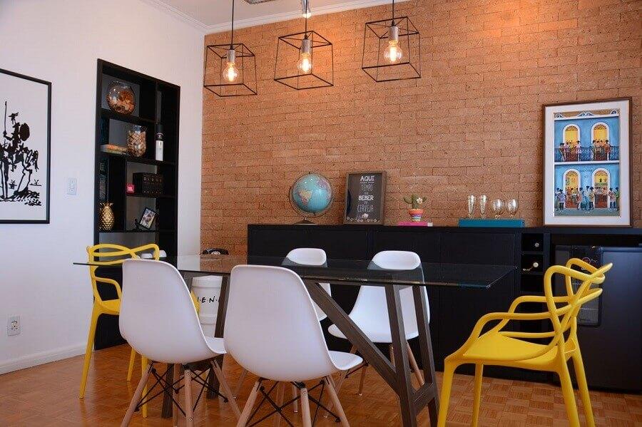 Sala de jantar com buffet preto decorada com parede de tijolinho e pendente industrial Foto Nathalia Bilibio Schwinn