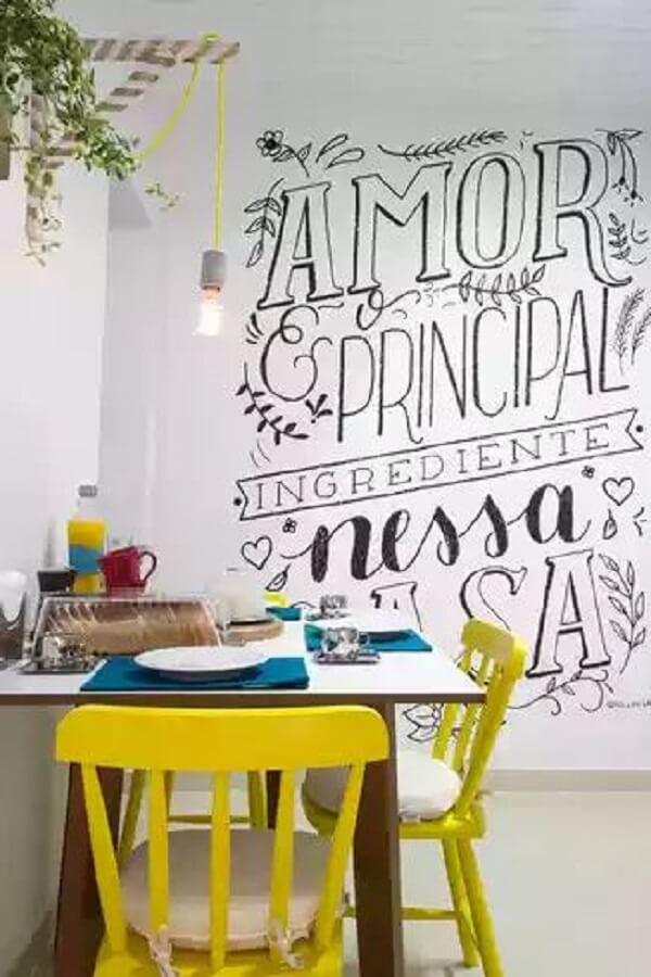 Sala de jantar com lettering na parede preto e branco
