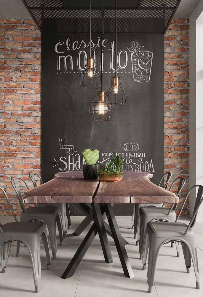 Sala de jantar industrial e lettering na parede
