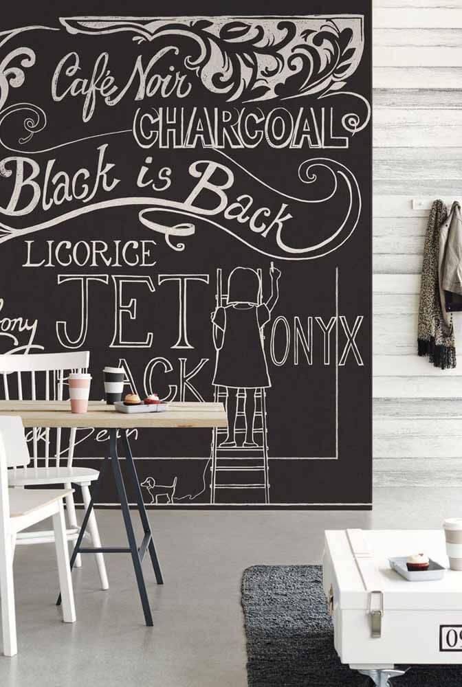 Sala de jantar com lettering na parede e desenhos modernos