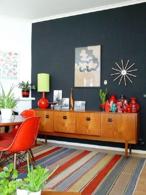 Tapete listrado para decoração de sala de jantar com buffet de madeira e parede preta Foto Design Market