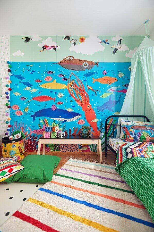 Tapete listrado para quarto infantil temático decorado com papel de parede fundo do mar Foto Marcos Fertonani para MOOUI