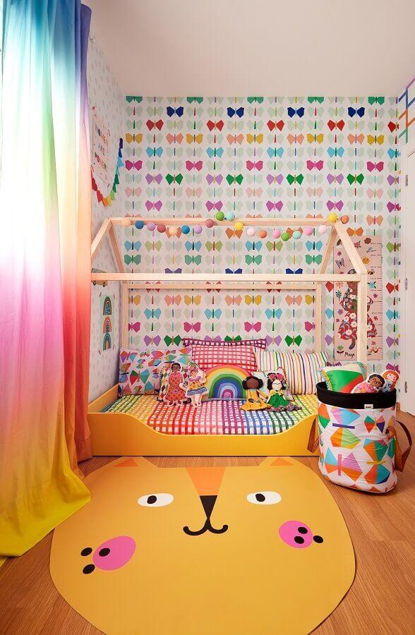 Tapete lúdico para quarto infantil decorado com cama casinha e papel de parede de borboletas Foto Marcos Fertonani para MOOUI