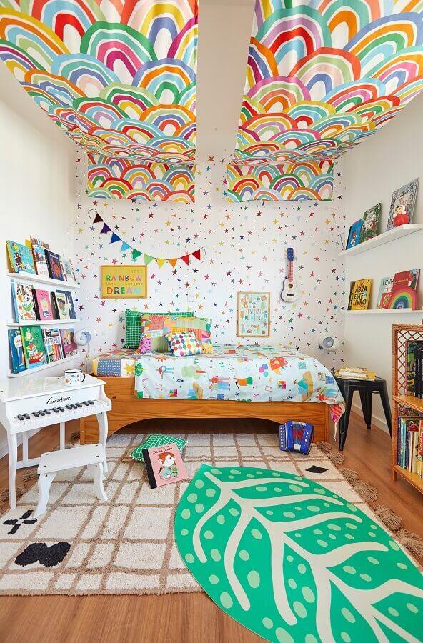 Tapete para quarto infantil colorido decorado com prateleiras para livros e cama de madeira Foto Marcos Fertonani para MOOUI